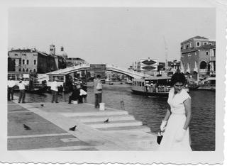 """A Venezia con il vestito regalatole dalla contessa dei """"gioielli""""."""