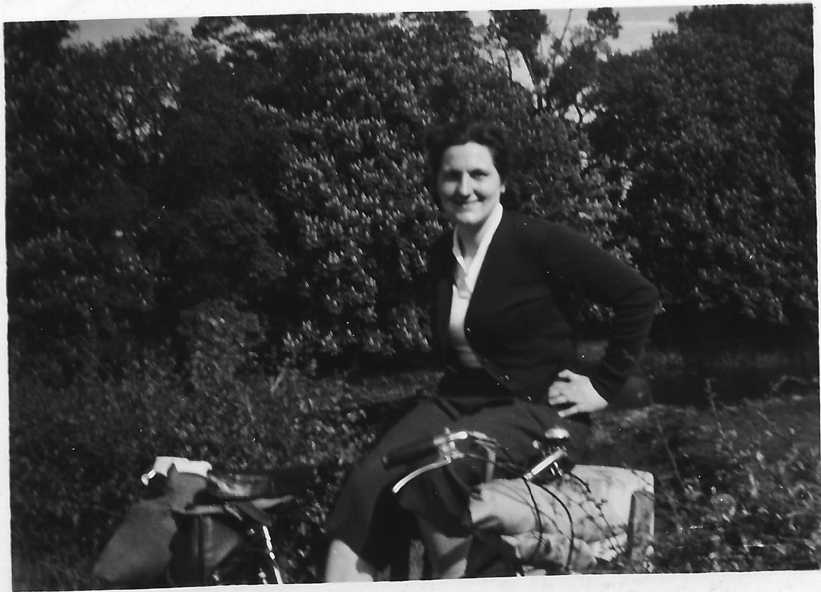 In posa con l'inseparabile bicicletta, attrezzata per il viaggio verso le abbazie del sud dell'Inghilterra.