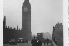 Brunilde a passeggio sul ponte di Westminster, inverno 1950.